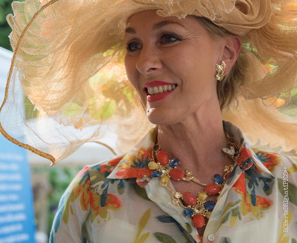 Barbara Ghilardi Carli indossa una collana Garden Muses realizzata per lei